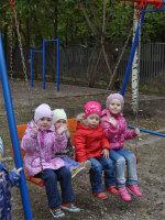 Дети на прогулке на своей площадке