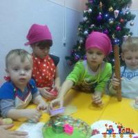 Выпечка рождественского печенья в частном детском саду
